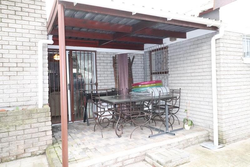 Townhouse For Sale in Oakglen, Bellville
